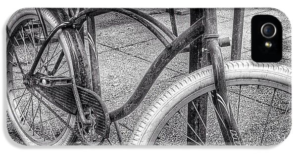 City iPhone 5s Case - Locked Bike In Downtown Chicago by Paul Velgos