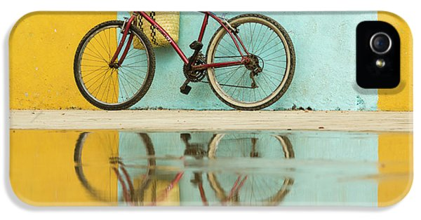 Bicycle iPhone 5s Case - Cuba, Trinidad Bicycle And Reflection by Brenda Tharp