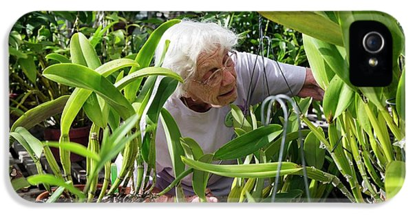 Elderly Woman Examining Plants IPhone 5s Case by Jim West