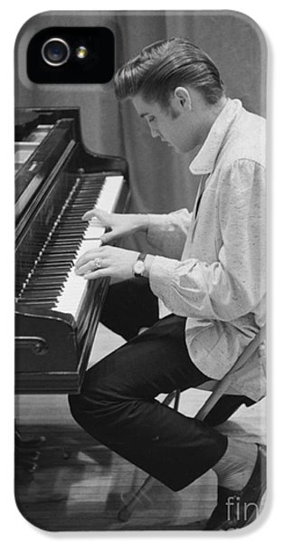 Elvis Presley iPhone 5s Case - Elvis Presley On Piano While Waiting For A Show To Start 1956 by The Harrington Collection