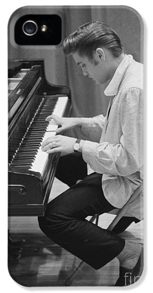 Musicians iPhone 5s Case - Elvis Presley On Piano While Waiting For A Show To Start 1956 by The Harrington Collection