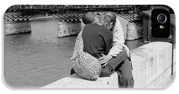 IPhone 5s Case featuring the photograph Embrace-paris by Dave Beckerman
