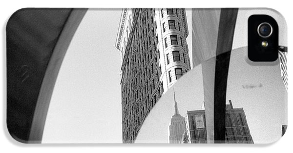IPhone 5s Case featuring the photograph Flat Iron Building Empire State Mirror by Dave Beckerman