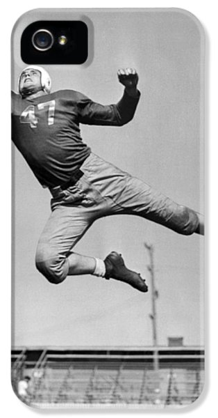 Football iPhone 5s Case - Football Player Catching Pass by Underwood Archives