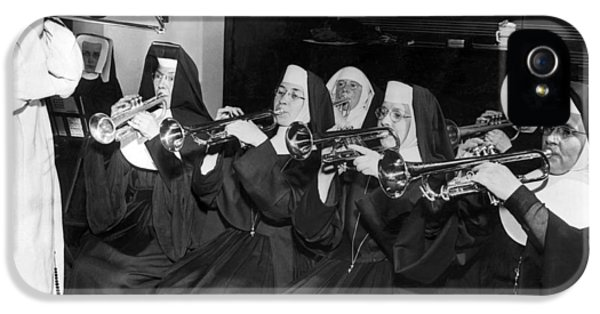 Trombone iPhone 5s Case - Nuns Rehearse For Concert by Underwood Archives