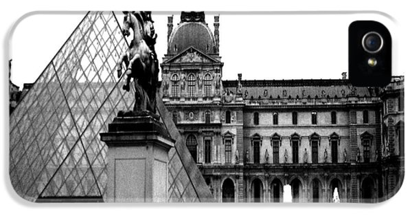 Paris Black And White Photography - Louvre Museum Pyramid Black White Architecture Landmark IPhone 5s Case by Kathy Fornal