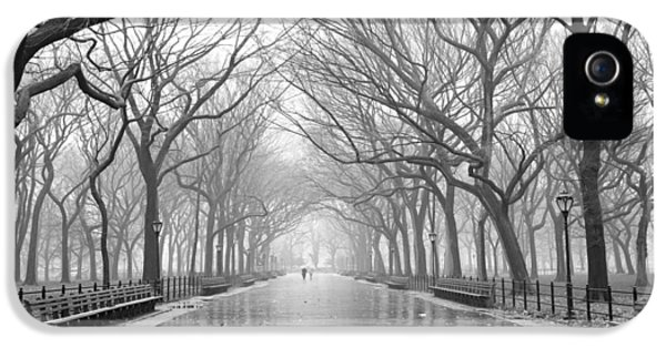 IPhone 5s Case featuring the photograph New York City - Poets Walk Central Park by Dave Beckerman