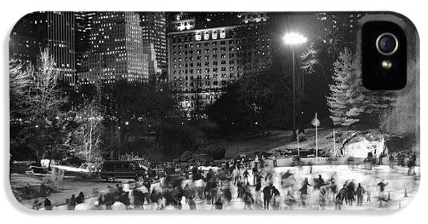 New York City - Skating Rink - Monochrome IPhone 5s Case by Dave Beckerman