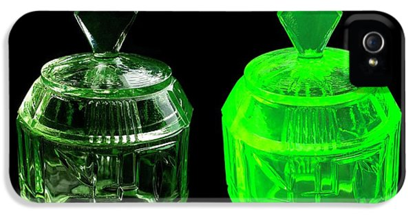 Canary iPhone 5s Case - Uranium Glass Fluorescing by Science Photo Library