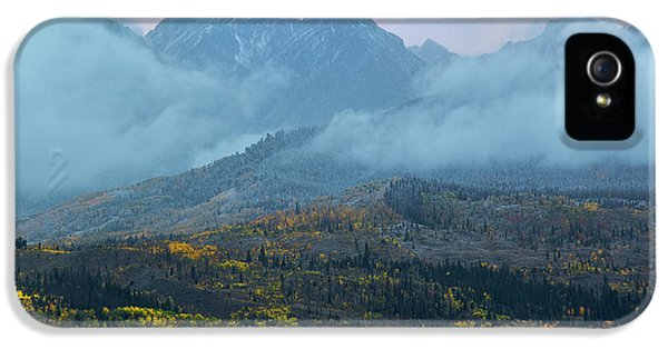 IPhone 5s Case featuring the photograph Cloudy Peaks by Aaron Spong