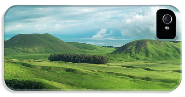 Helicopter iPhone 5s Case - Green Hills On The Big Island Of Hawaii by Larry Marshall