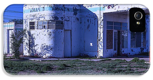 Old Run Down Gas Station IPhone 5s Case by Garry Gay