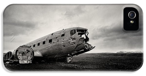 Airplane iPhone 5s Case - The Solheimsandur Plane Wreck by Tor-Ivar Naess