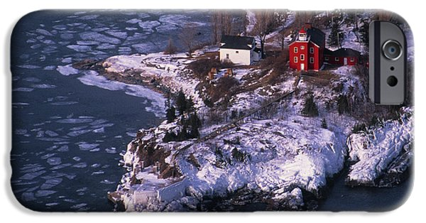 Marquette iPhone 6s Case - Marquette Harbor Lighthouse by Panoramic Images