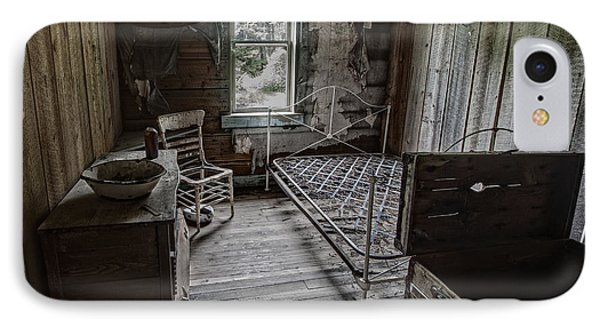 Room At The Wells Hotel - Montana Phone Case by Daniel Hagerman