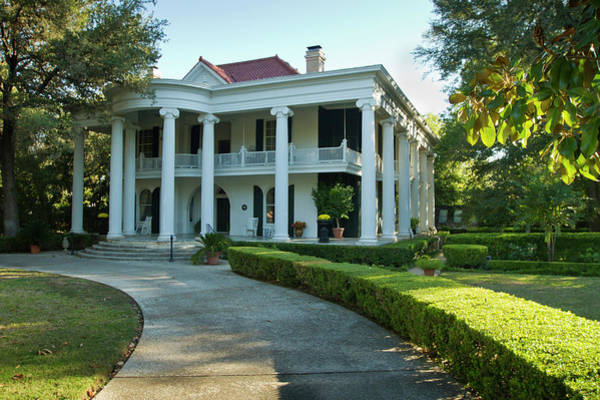 Gonzales Wall Art - Photograph - Belle Oaks Inn, Plantation Style Bed & by Larry Ditto