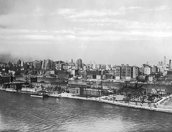 Roosevelt Island Wall Art - Photograph - Blackwells Island In Nyc by Underwood Archives