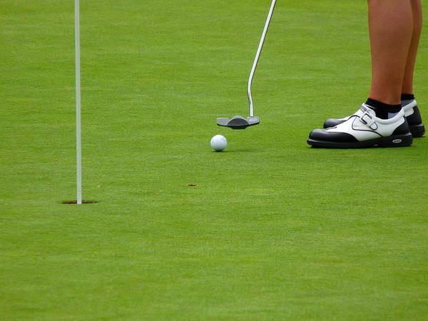 Photograph - Golfer Putting by Jeff Lowe