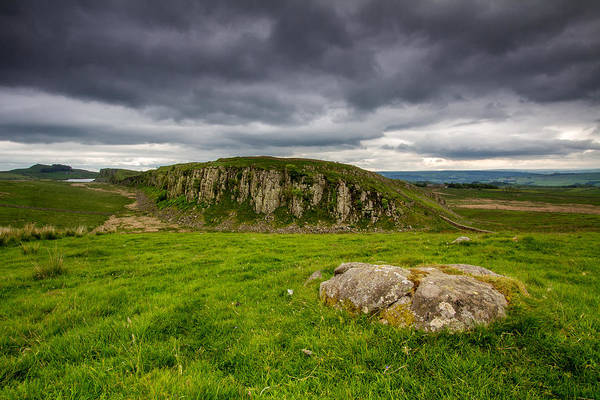 Hadrians Wall Photograph - Hadrians Wall And Peel Crags by Wayne Molyneux