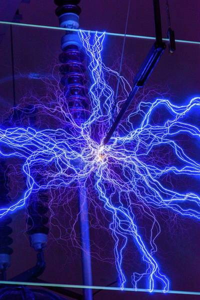 Sparks Wall Art - Photograph - High Voltage Electrical Discharge by David Parker
