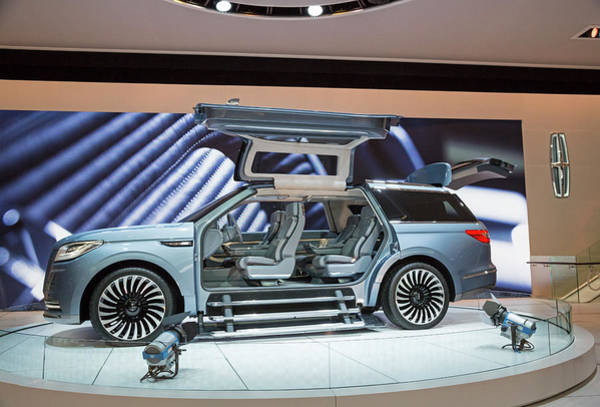 Wall Art - Photograph - Lincoln Navigator Luxury Car On Display by Jim West/science Photo Library