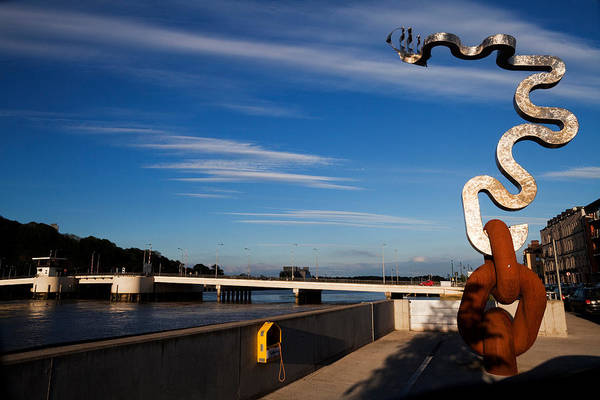 Suir Photograph - Oconnor Sculpture, Grattan Quay by Panoramic Images