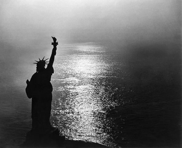 Wall Art - Photograph - The Statue Of Liberty by Underwood Archives