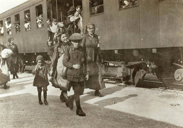 Wall Art - Photograph - Wwi Refugees, 1919 by Granger