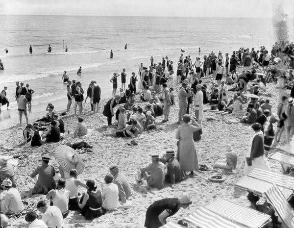 Relative Photograph - 1920s Crowd Of People Some Fully by Vintage Images