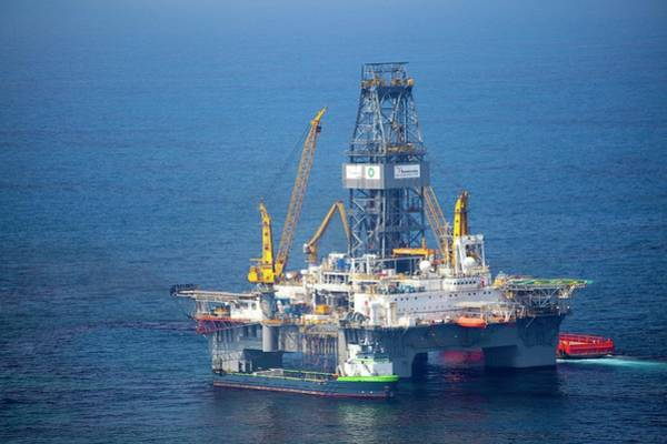 Drilling Rig Photograph - Gulf Of Mexico Oil Spill Response by Jim Edds/science Photo Library