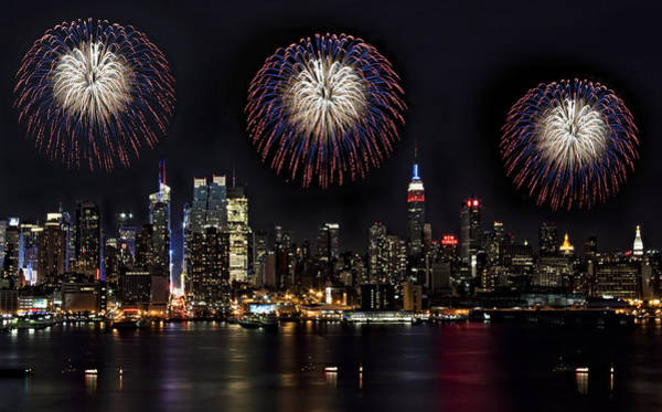 Fireworks Show Wall Art - Photograph - New York City Celebrates The 4th by Susan Candelario