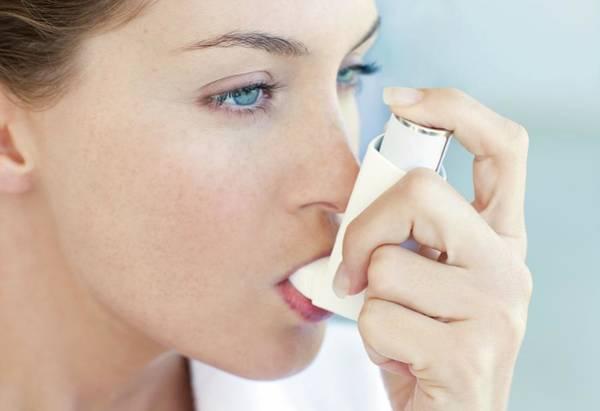 Wall Art - Photograph - Asthma Inhaler Use by Ian Hooton/science Photo Library