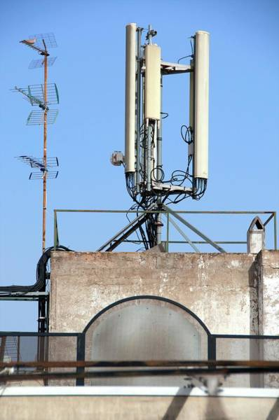 Wall Art - Photograph - Mobile Phone Mast On A Building by Lea Paterson/science Photo Library