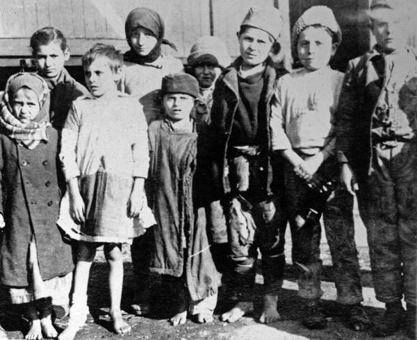 Wall Art - Photograph - Wwi Refugees, 1918 by Granger
