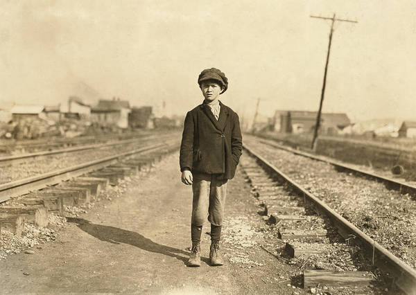 Wall Art - Photograph - Hine Child Labor, 1908 by Granger