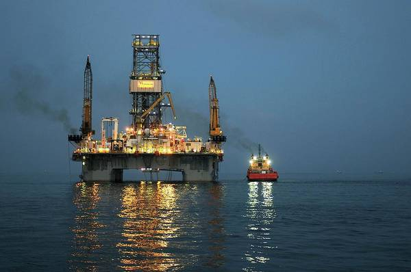 Drilling Rig Photograph - Gulf Of Mexico Oil Spill by U.s Coast Guard/science Photo Library