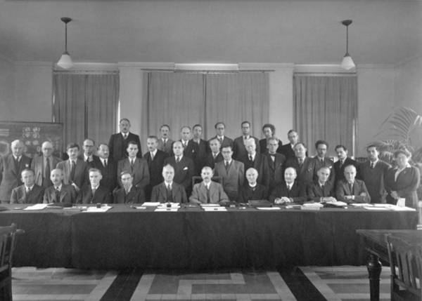 Wall Art - Photograph - 7th Solvay Conference On Chemistry, 1922 by Science Photo Library