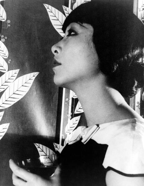 Wall Art - Photograph - Anna May Wong (1907-1961) by Granger
