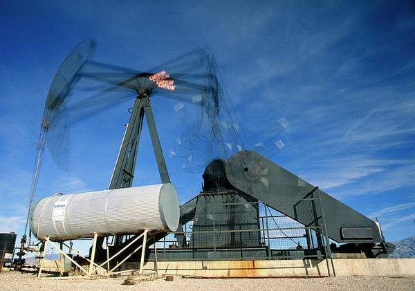 Pump Photograph - A Jack Pump Extracting Oil by David Nunuk/science Photo Library