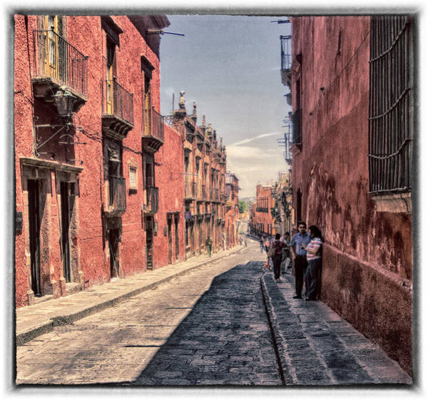 Photograph - A Long Wak To The Casa by Barry Weiss