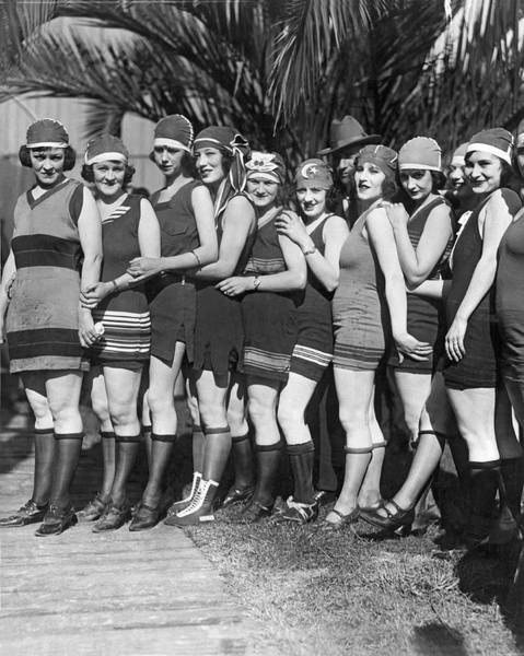 1924 Photograph - A Scrunch Of Beach Flappers by Underwood Archives