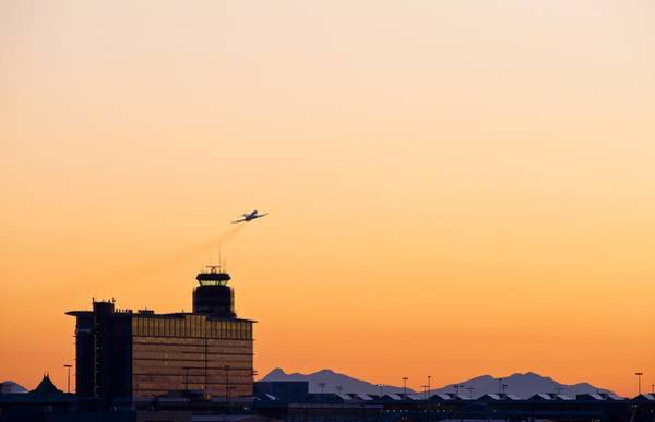 Vancouver International Airport Wall Art - Photograph - Aircraft Taking Off by Science Photo Library