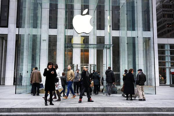 Apple Cuts Component Orders For Iphone5 As Demand Weakens Art Print by Spencer Platt