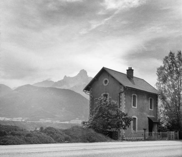 Photograph - Farmhouse Arles by Dave Beckerman