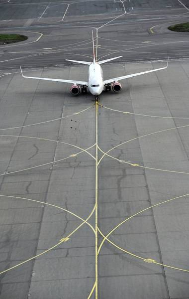 Taxiway Wall Art - Photograph - Boeing 737 At Moscow Airport by Science Photo Library