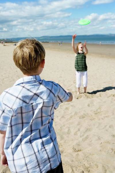 Wall Art - Photograph - Boy And Girl Playing Frisbee by Gustoimages/science Photo Library