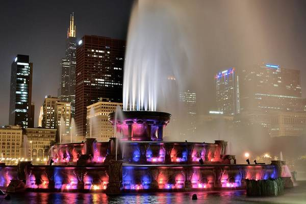 Que Photograph - Buckingham Fountain Aglow by Frozen in Time Fine Art Photography