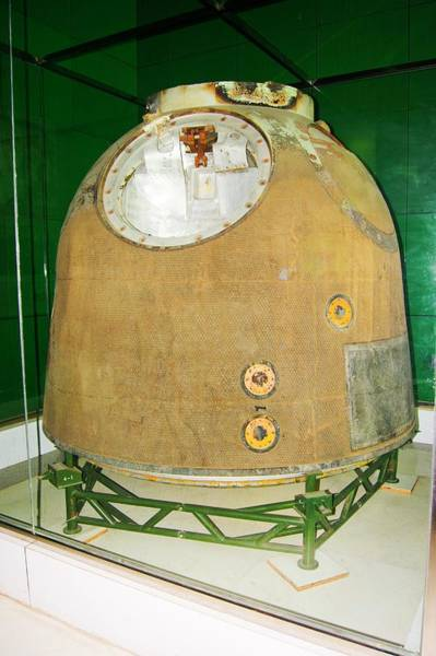 Entry Photograph - Chinese Space Capsule. by Mark Williamson/science Photo Library