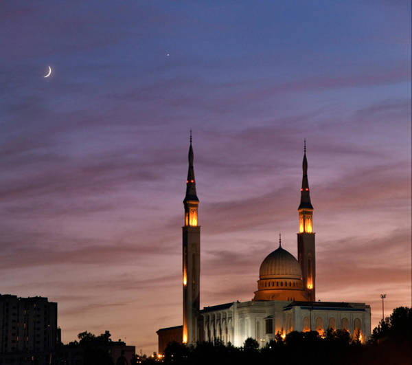 Astronomical Twilight Photograph - Conjunction Of Moon & Venus by Babak Tafreshi/science Photo Library