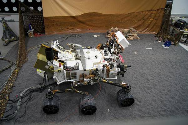 Jet Propulsion Laboratory Photograph - Curiosity Engineering Model At Jpl by Mark Williamson/science Photo Library